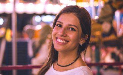 zdrowy biały uśmiech